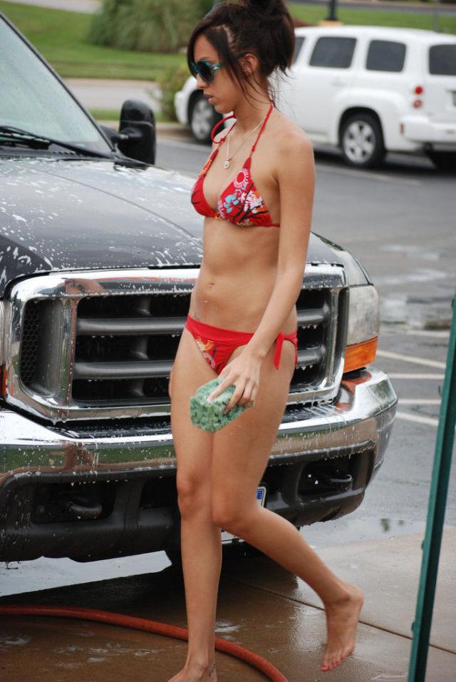 Автомойка и стройные работницы в бикини (69 фото)