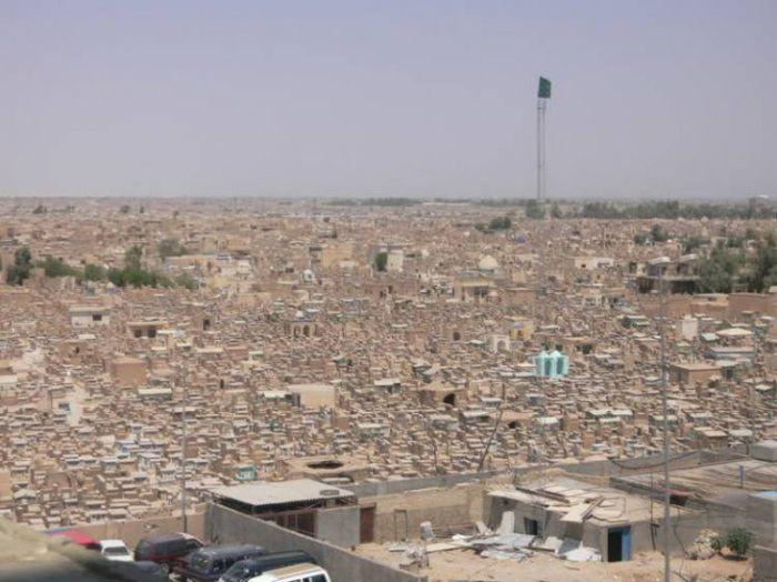 Невероятные размеры кладбища Вади Аль-Салам в Ираке (13 фото)