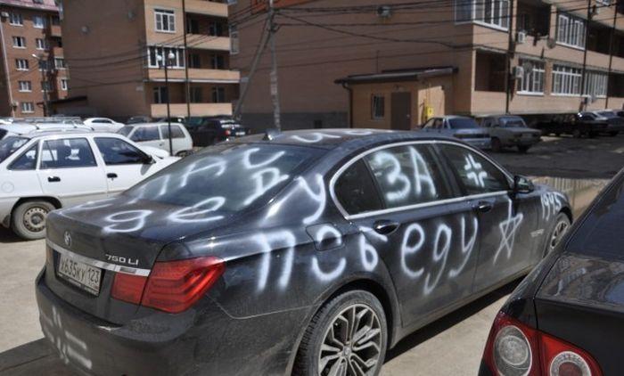 Креативная месть владельцу немецкого автомобиля (2 фото)