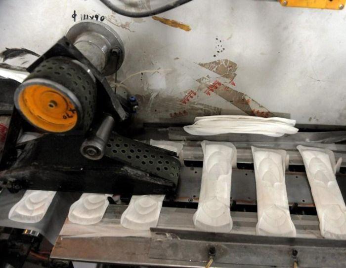 Китайский завод поддельных гигиенических прокладок (7 фото)
