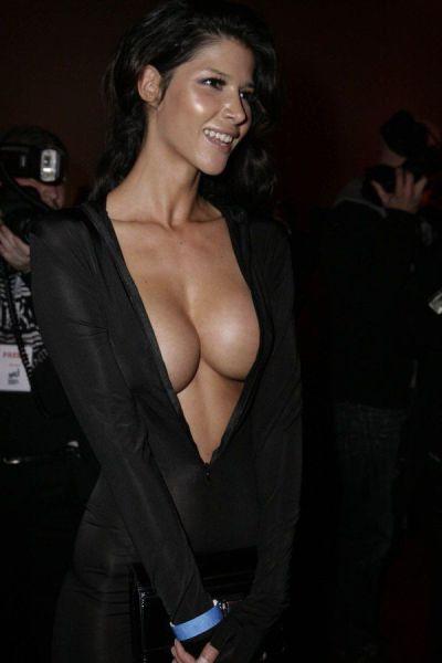 Сексуальные девушки с внушительным размером груди (51 фото)