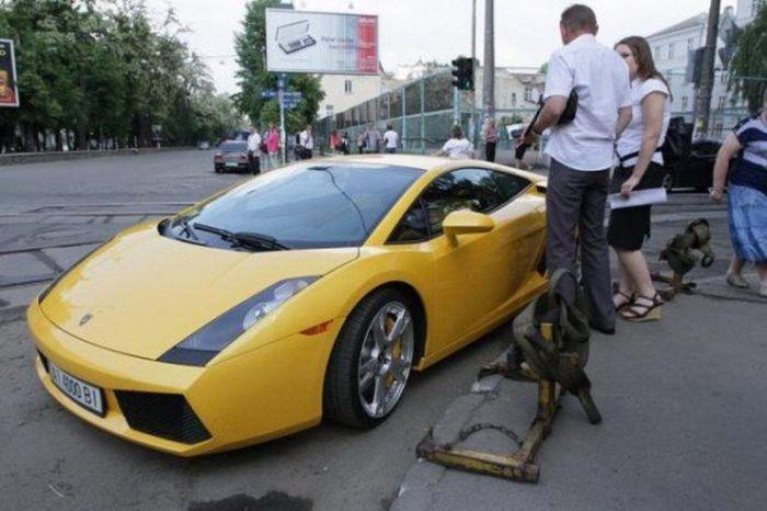 Девушка за рулем Lamborghini заблокировала движение (8 фото + видео)