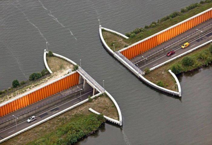 Необычное решение для соединения двух озер (8 фото)
