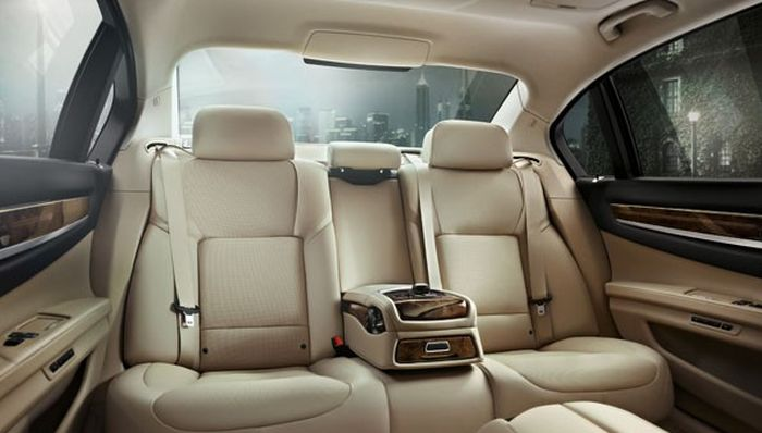 Начальнику Росреестра жизненно необходим BMW 750Li (6 фото)