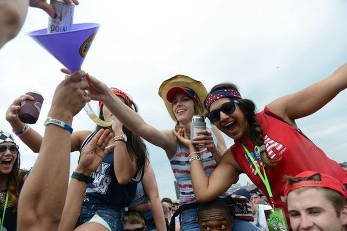 Девушки отрываюстя на музыкальном фестивале (50 фото)