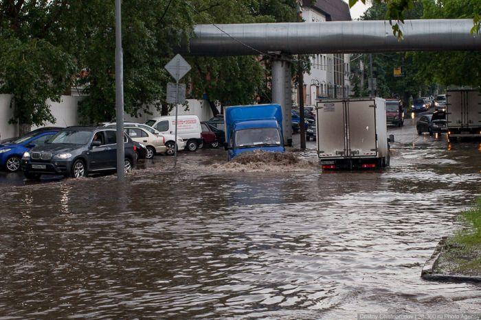 Коммунальщики начали откачивать воду с улиц в районе Пересыпи