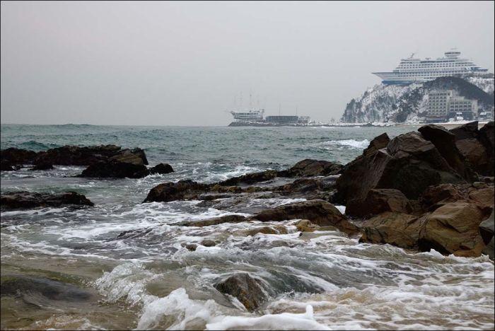 Удивительный корабль на скале (9 фото)