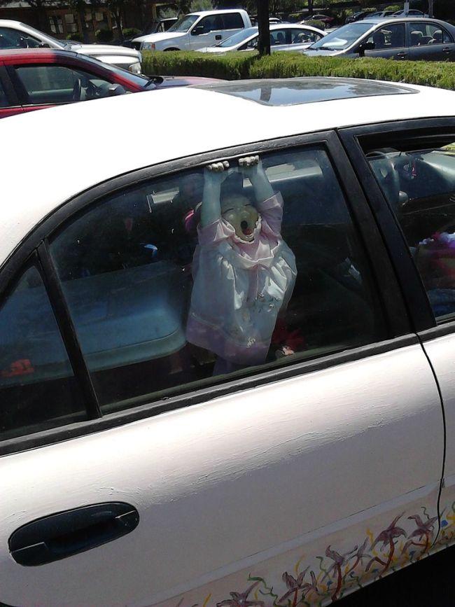 Жесткий розыгрыш на парковке (2 фото)