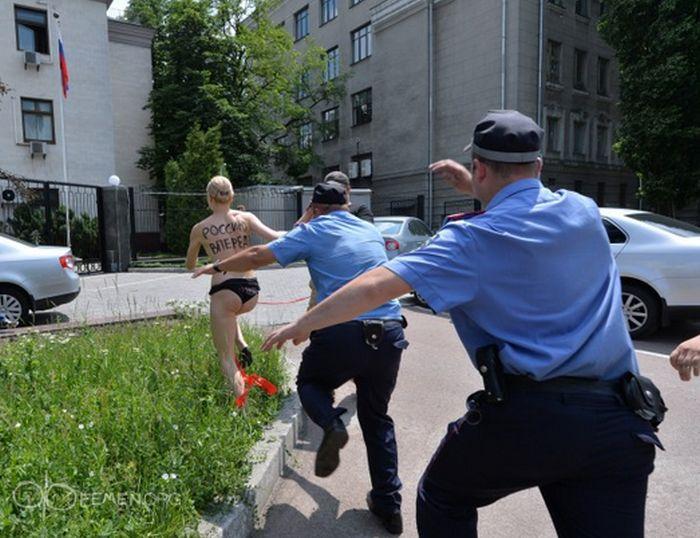 golaya-devushka-v-politsii-video