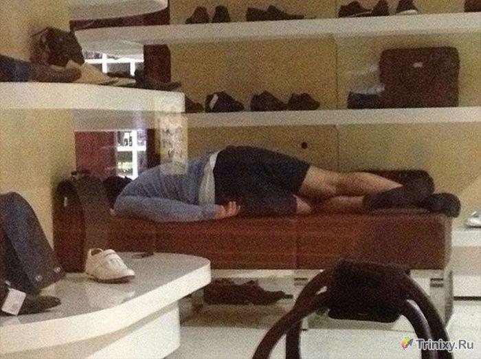 Поход за туфлями с девушкой очень утомляет (4 фото)