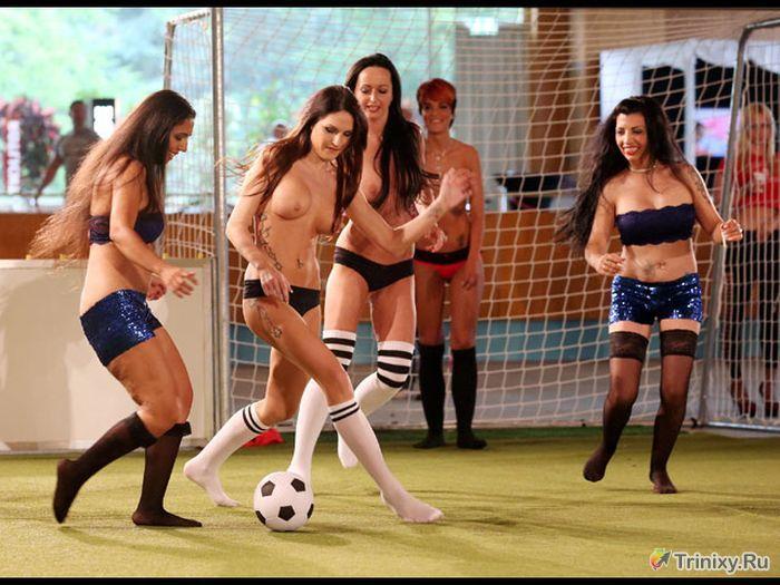 Чемпионат Европы женскому обнаженному футболу 2013 (18 фото)