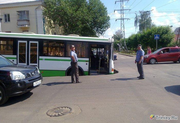 Необычное ДТП рейсового автобуса в Тамбове (3 фото)