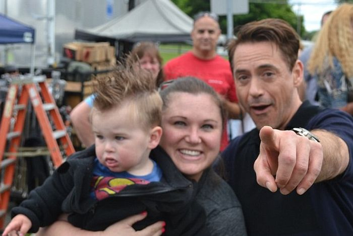 Малыш разочаровался при встрече с Железным Человеком (3 фото)