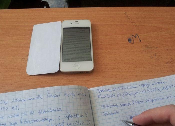 Современный способ списать на экзамене (2 фото)