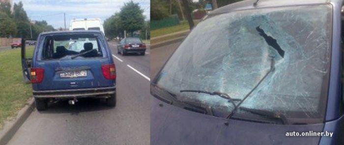 Осколок канализационного люка насквозь пробил автомобиль (2 фото)