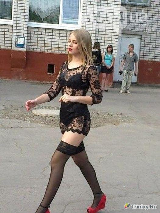 В платье от Dolce & Gabbana черное прозрачное, девушка на выпускном в