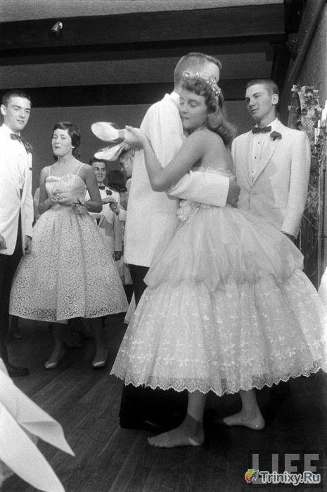 Эволюция американских выпускных платьев (49 фото)
