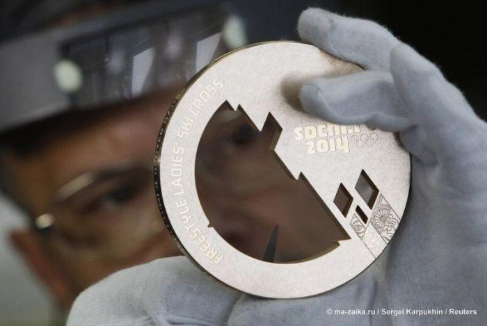 Как изготавливают Олимпийские медали (6 фото)