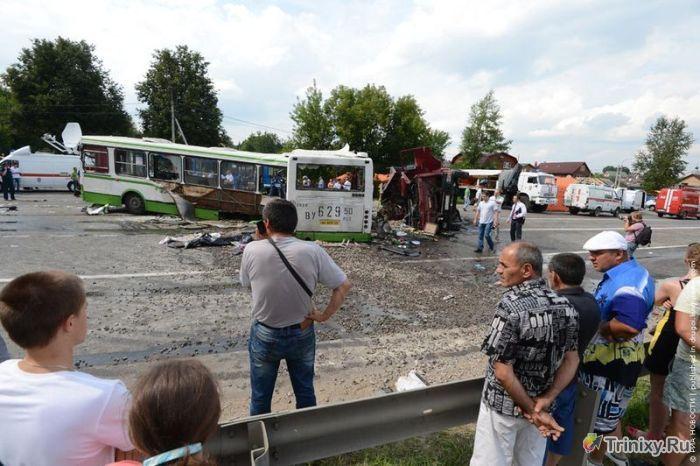 КамАЗ протаранил пассажирский автобус (10 фото + видео)