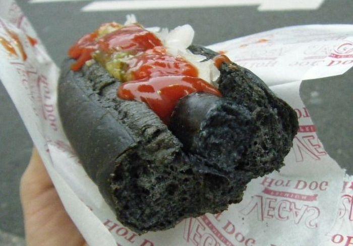 Необычный черный хот-дог из Японии (7 фото)