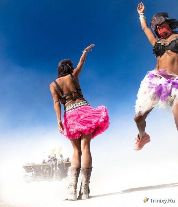 Симпатичные девушки с фестиваля Burning Man (25 фото)