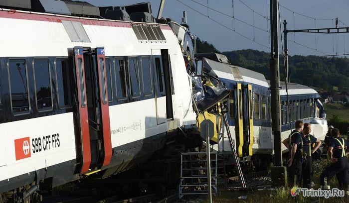 Жуткое лобовое столкновение двух поездов в Швейцарии (14 фото + видео)