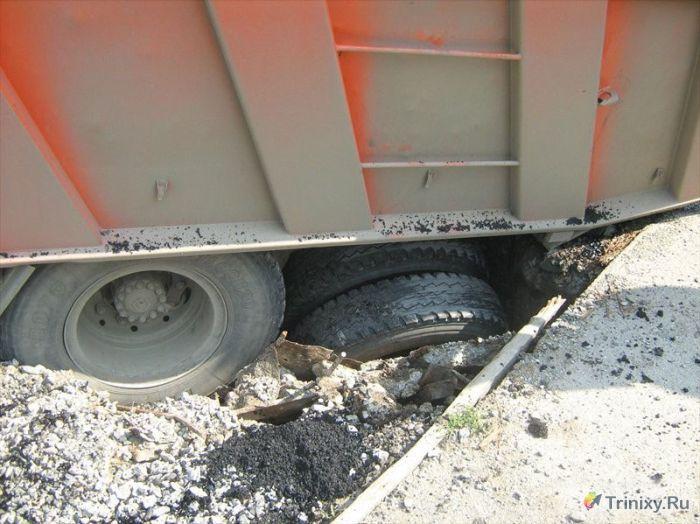 Как коммунальщики ремонтируют дороги (8 фото)
