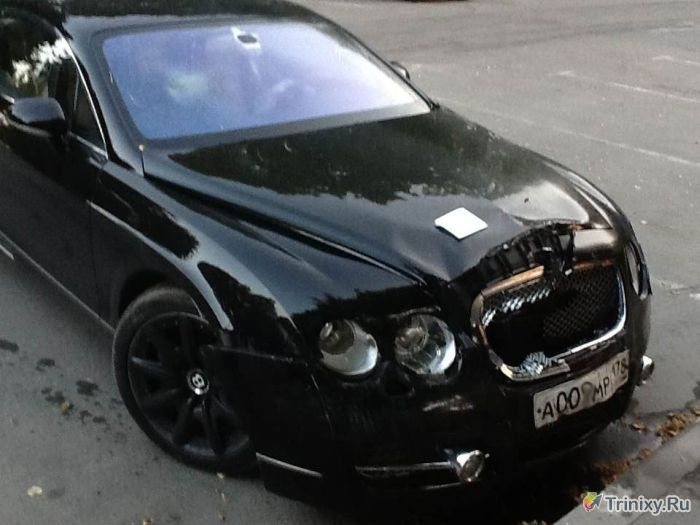 Владельца Bentley наказали за неправильную парковку (3 фото)