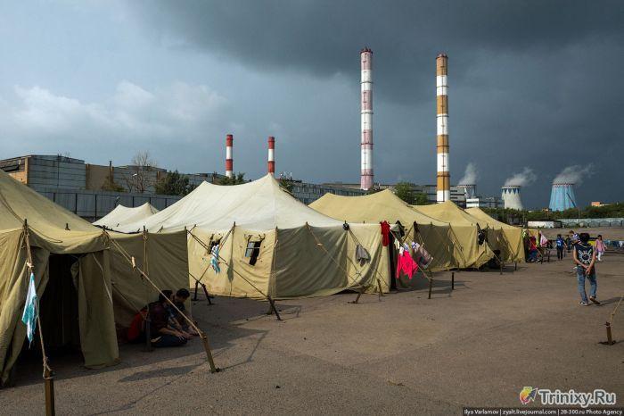 """""""Палаточный городок"""" для мигрантов в Москве (26 фото)"""