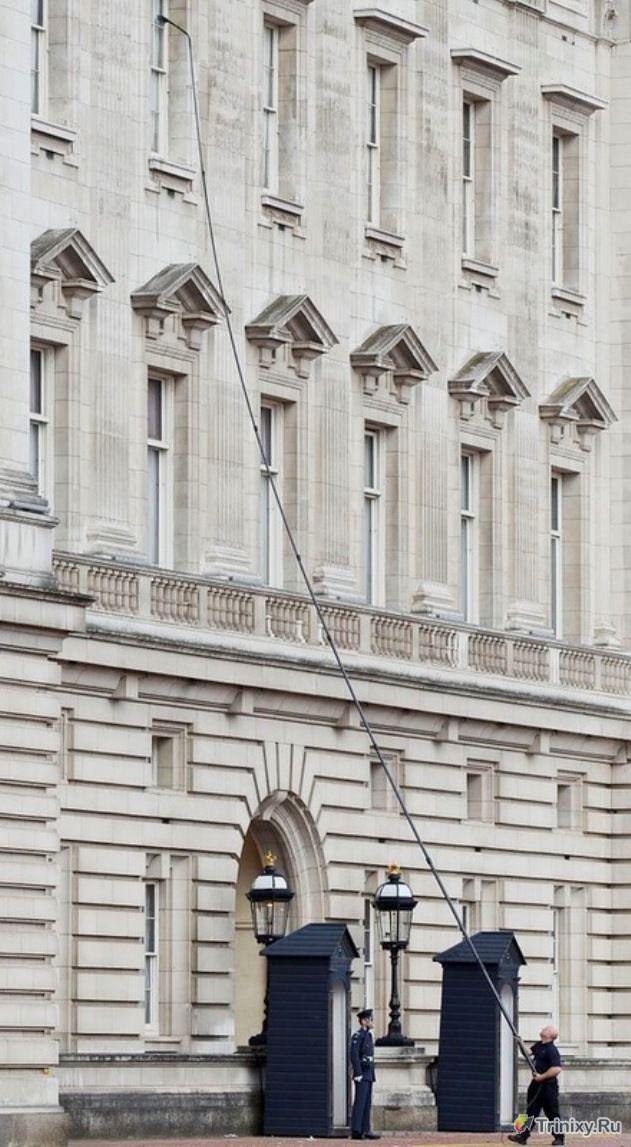 Как безопасно помыть окна на большой высоте (3 фото)