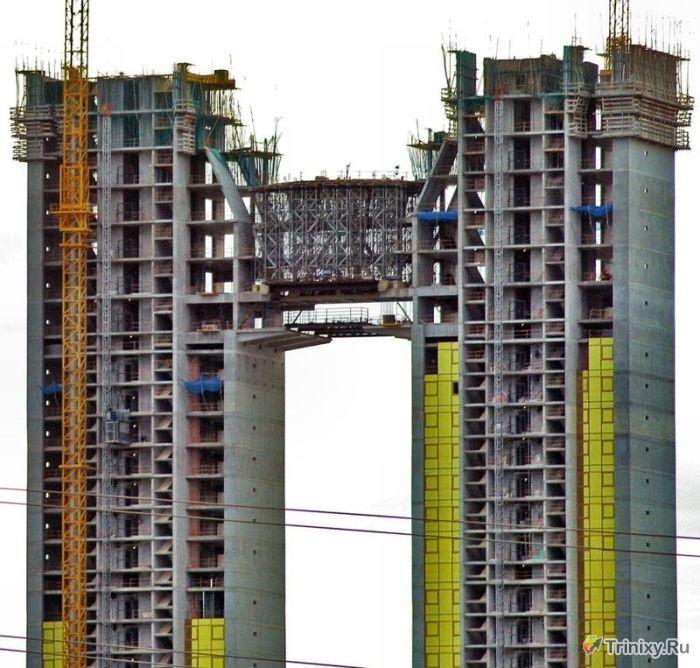В 47-этажном небоскребе забыли построить лифт (25 фото)