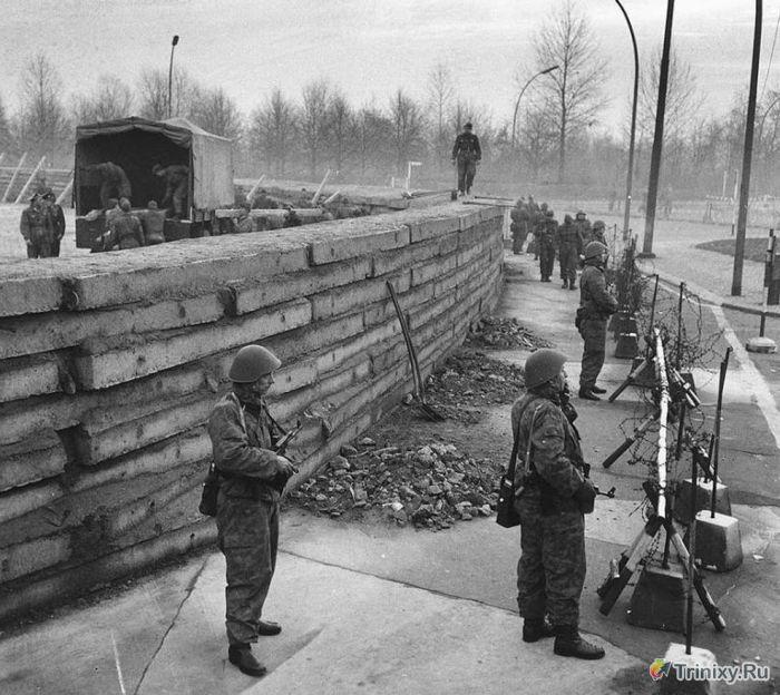 Архивные кадры из истории Берлинской стены (17 фото)