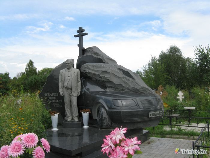 Памятник на деревенском кладбище (3 фото)