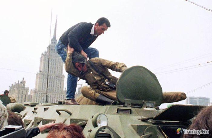 """Архивные кадры """"августовского путча"""" (14 фото)"""