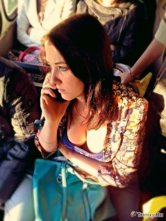 Надо уступать место девушкам в транспорте (3 фото)