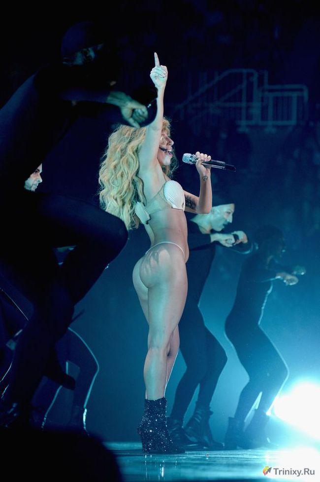 Леди Гага выступила на сцене в стрингах (10 фото)