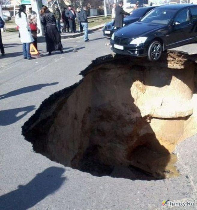 Провалы земной поверхности и глубокие котлованы (65 фото)