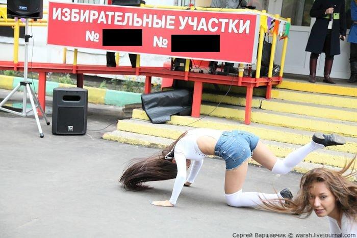 Необычный способ привлечения местных жителей на выборы (6 фото)