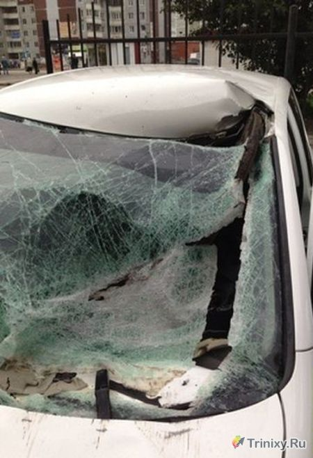 Крышка люка пробила лобовое стекло (6 фото)