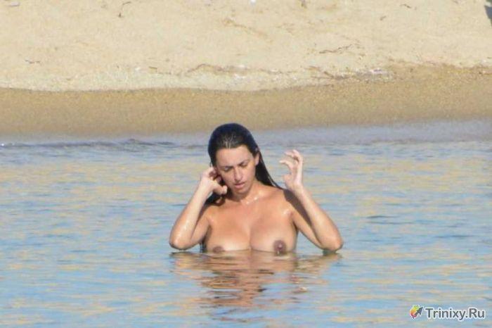 Пенелопа Крус любит купаться топлес (6 фото)