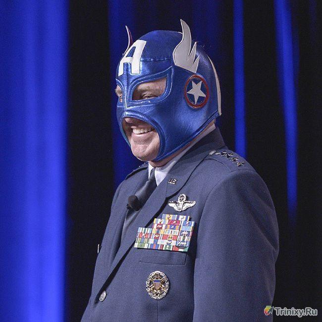 Начальник штаба ВВС США с чувством юмора (2 фото)