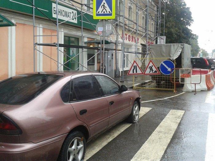 Месть пешеходов за парковку в неположенном месте (2 фото)