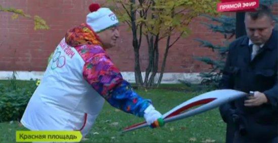 Шаварш Карапетян и олимпийский факел (2 фото + видео)