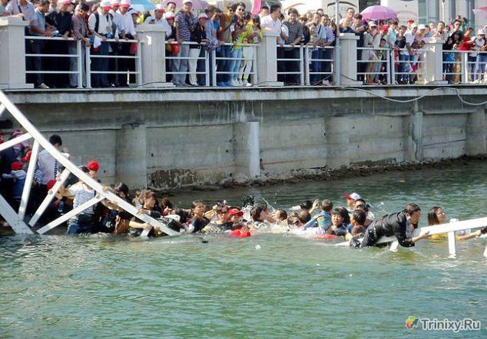 Туристы проигнорировали предупреждение на мосту (9 фото + видео)