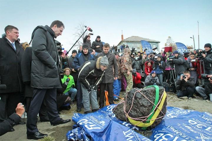 Из озера Чебаркуль подняли самый большой осколок челябинского метеорита (4 фото)