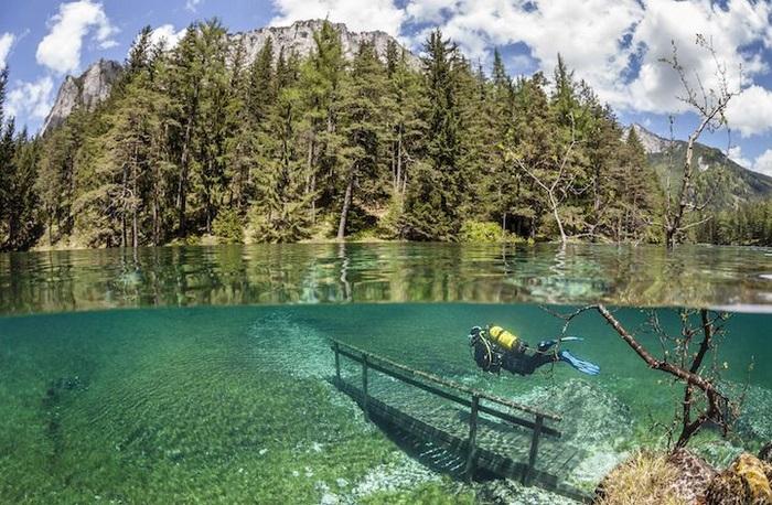 Зеленое озеро и удивительный подводный парк в Австрии (6 фото)