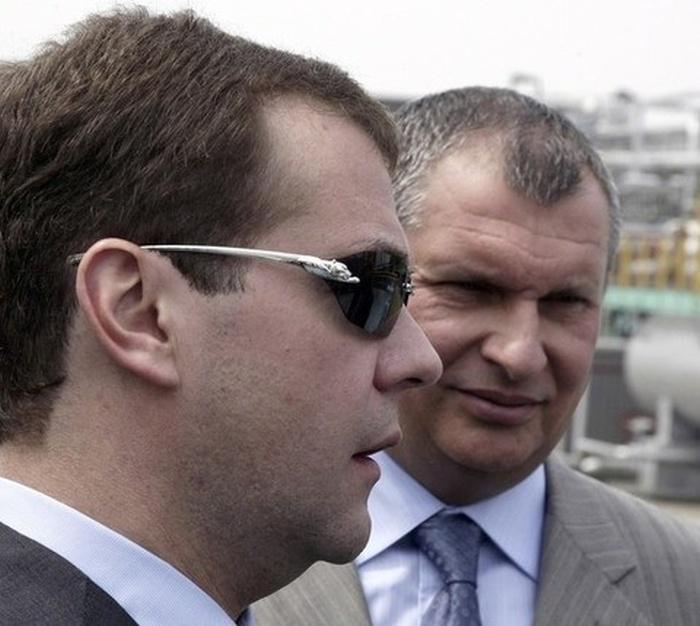 Медведев в новых очках (3 фото)