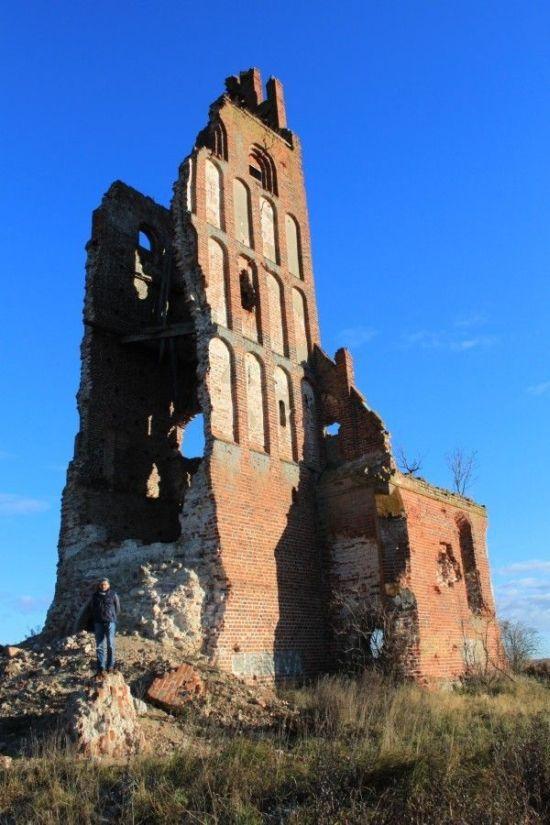 Танкисты уничтожили лютеранскую церковь XIV века во время учений (7 фото)