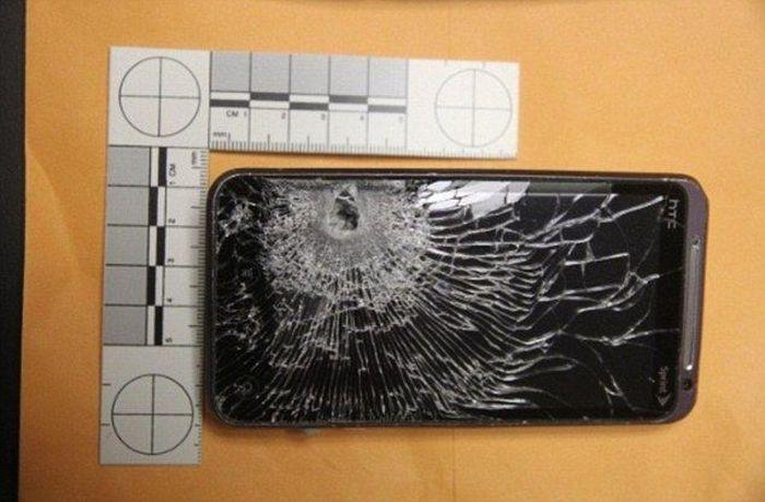 Смартфон спас владельца от пули (2 фото)