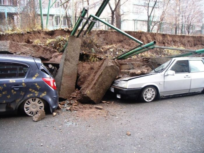 Стена детской площадки раздавила автомобили в Перми (8 фото)